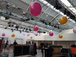 3ft. ballonnen gevuld met lucht hangend aan de trussen